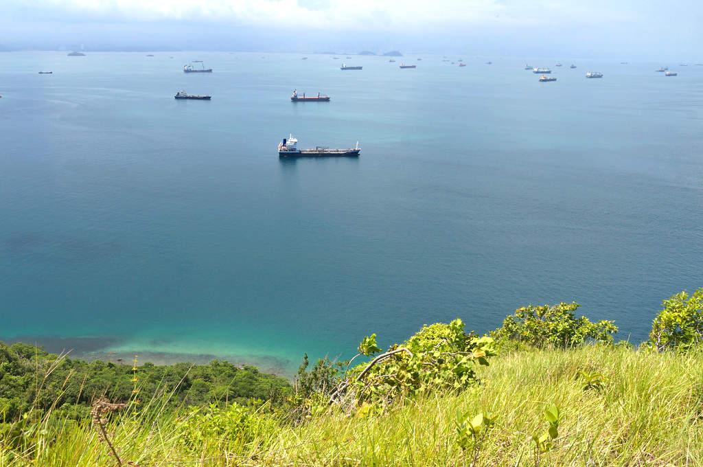 Schiffe warten auf die Einfahrt zum Panamakanal